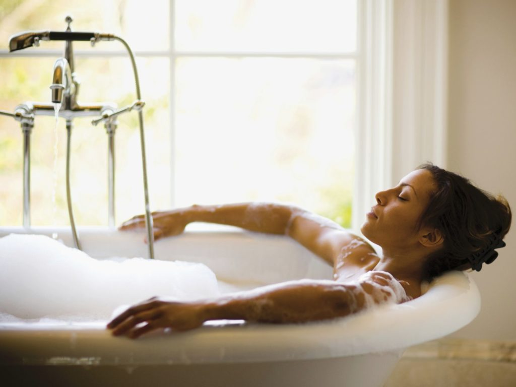 Aromatic Bath for Stress & Anxiety_woman in tube relaxing