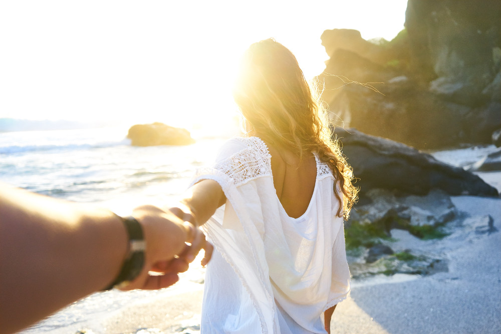 How to Practice Mindfulness on Your Honeymoon_couple on beach