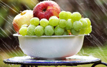 Plant-Foods-That-Cool-the-Body_apples-and-grapes
